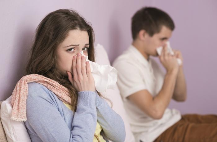 Symptome einer Hausstaubmilbenallergie können beispielsweise mit homöopathischen Mitteln behandelt werden.