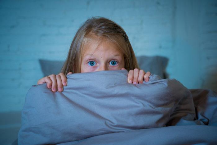 Plötzliche Angstzustände bei Kindern können unterschiedliche Ursachen haben, fantasievolle, aber auch mediale Ereignisse, die Kinder noch nicht so gut verarbeiten können wie Erwachsene.