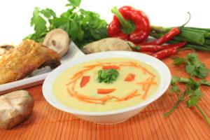 Chilis können als Gewürz in einer Suppe die Durchblutung der Schleimhäute anregen und diese besser gegen Bakterien und Viren schützen.