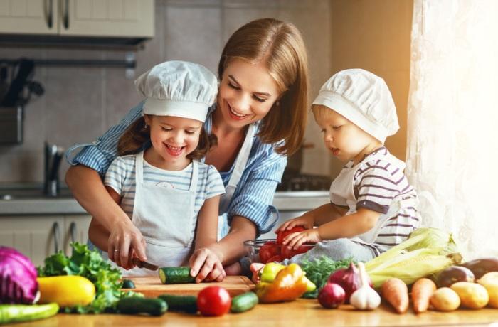 Sobald die Darmflora von Kleinkindern ausreichend Vitamin K produzieren kann und Kinder genügend Vitamin K-haltige Lebensmittel verzehren, ist eine Vitamin K-Prophylaxe nicht mehr notwendig.