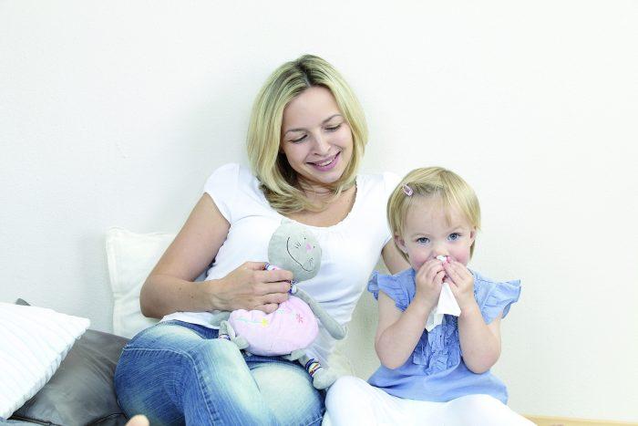 Treten neben Ohrendruck beim Kind noch Fieber und stechende Ohrenschmerzen auf, kann es sich um eine Mittelohrentzündung handeln.