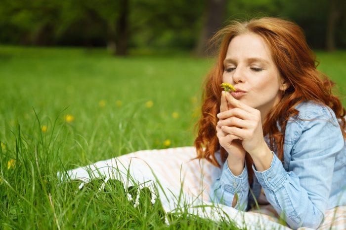 Viele Menschen leiden unter der wetterbedingten Abgeschlagenheit, die auch Frühjahrsmüdigkeit genannt wird.
