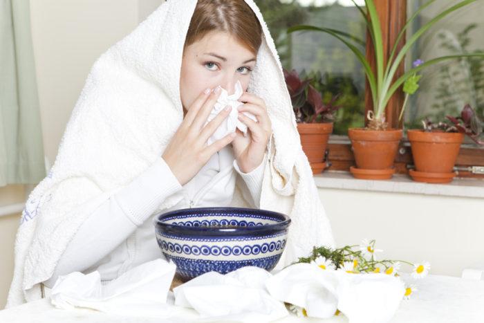 Inhalieren befreit die Schnupfnase, an der meist ein Rhinovirus schuld ist. Zu einem solchen Infekt kann es auch im Sommer (Sommerschnupfen) kommen, wenn die Nase Kälte ausgesetzt ist, etwa in Räumen mit zu hoch eingestellter Klimaanlage. Davon zu unterscheiden ist die Sommergrippe, die eher durch Enteroviren hervorgerufen wird. Die Symptome sind aber ähnlich, so auch die hausmittel, mit welchen sich die Symptome lindern lassen.