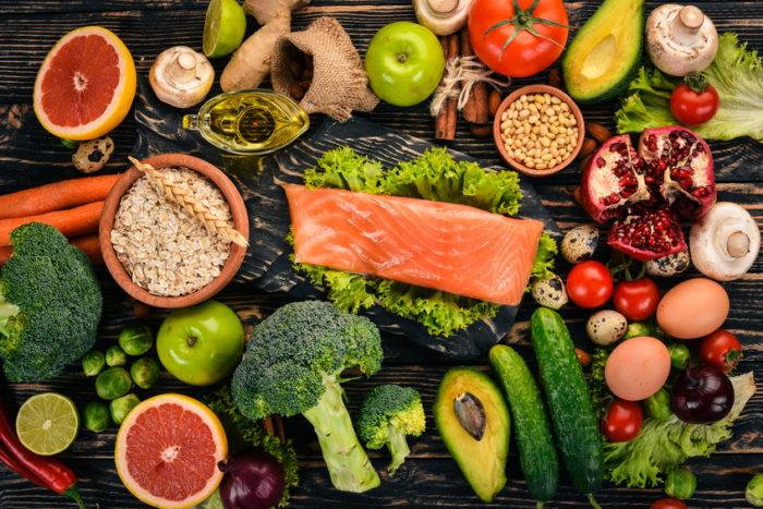 Um einem Vitamin B-Mangel vorzubeugen, ist der Verzehr von Salat und grünem Gemüse ebenso wichtig wie Eier- und Milchprodukte, Fleisch (vor allem Leber), Fisch, Kartoffeln und Bananen. Vitamin B-Mangel kann zu erhöhten Homocystein-Werten führen, einer möglichen Ursache für Herzinfarkt, Schlaganfall und Demenz.