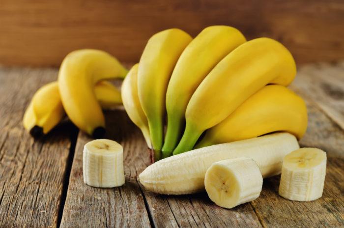 Bananen enthalten natürlichen Zucker als Energiequelle, Kalium, Magnesium, Vitamin B6 und Tryptophan. Ihre vielen Ballaststoffe sind außerdem gut für Darmtätigkeit. So helfen Bananen bei Verstopfung ebenso wie bei Durchfall.