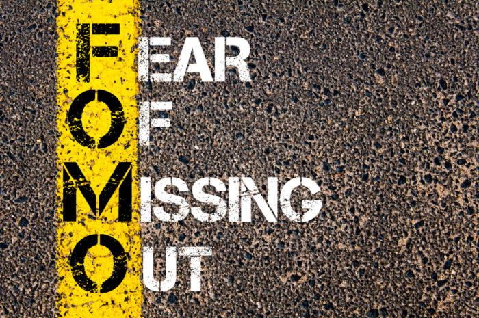 FOMO ist die Bezeichnung für eine moderne zivilisatorische Form der Angst: die Angst etwas zu verpassen! Sie steht in Verbindung mit einer Form von sozialem Aktionismus in den digitalen Medien. Die Erfahrungen der Community zu kommentieren, zu liken oder zu teilen, bedeutet, an diesen Erfahrungen teilzuhaben, zur Gemeinschaft dazu zu gehören. Hinter der FOMO stecken also Verlustängste, die Angst, den sozialen Anschluss zu verlieren.
